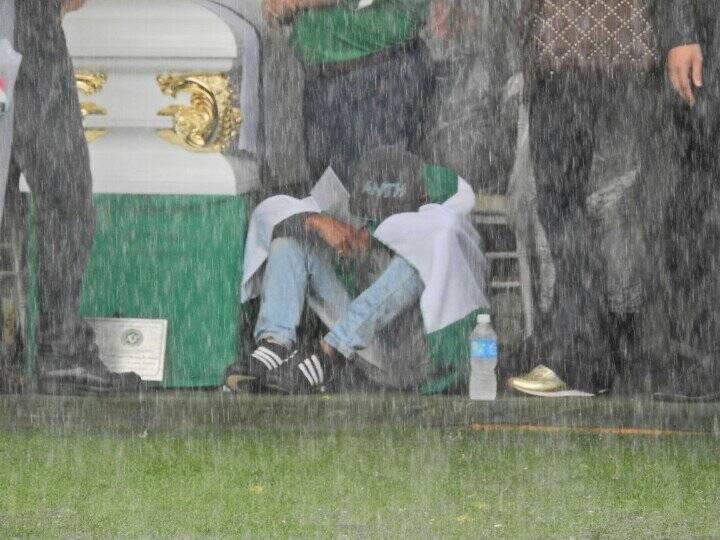 Familiar de um dos mortos chora na tenda. Foto: Reprodução/Breno Fortes/Correio Braziliense