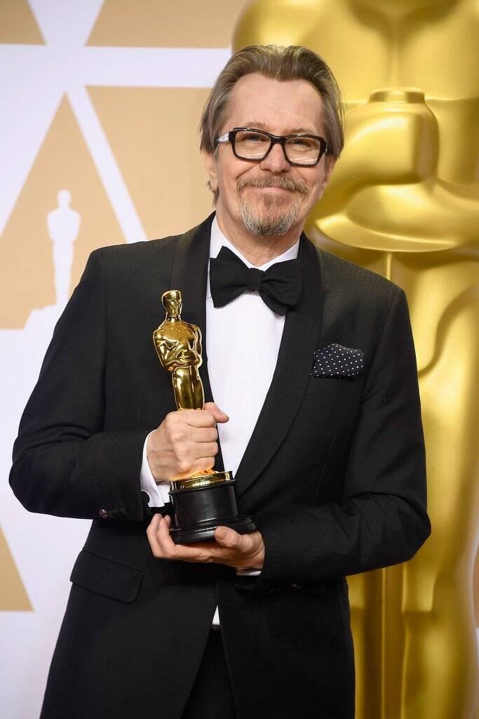 Gary Oldman com seu prêmio de Melhor Ator no Oscar 2018 no último domingo (04). Foto: Frazer Harrison/Getty Images