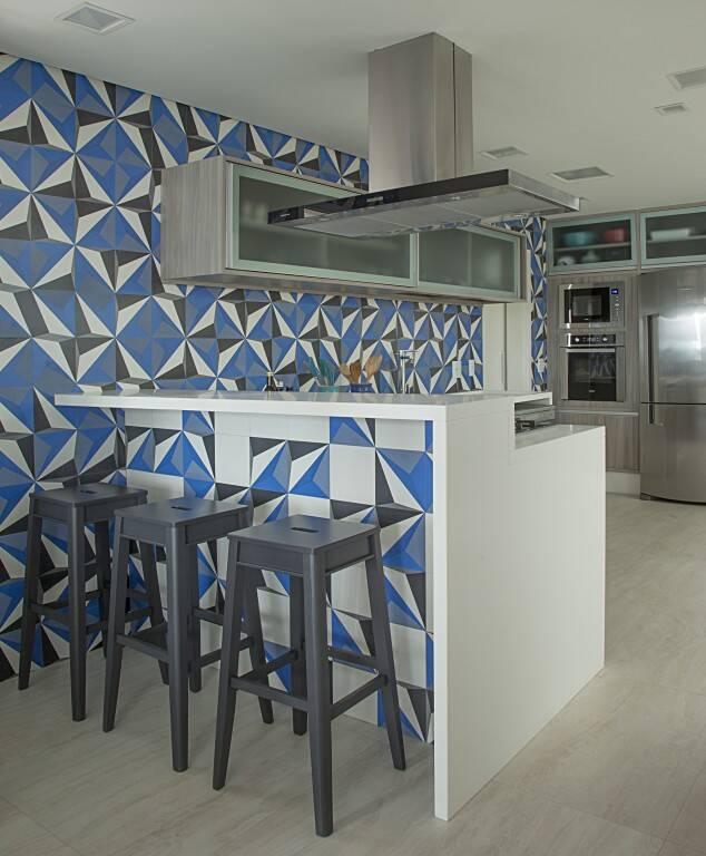 Você também pode contrastar a bancada de cozinha com a cor azul; veja neste projeto. Foto: Divulgação/Andrade & Mello Arquitetura