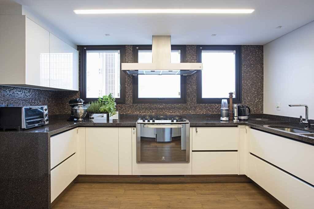Neste cômodo amplo, é possível apostar em uma bela bancada de cozinha. Foto: Divulgação/KORMAN Arquitetos
