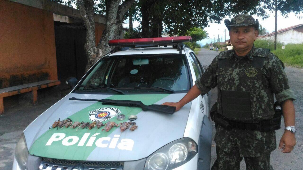 Caçador detido pela Polícia Militar Ambiental vendia bem-te-vi e sabiás como 'galetos' em Ilha Comprida (SP). Foto: Divulgação/Polícia Militar Ambiental