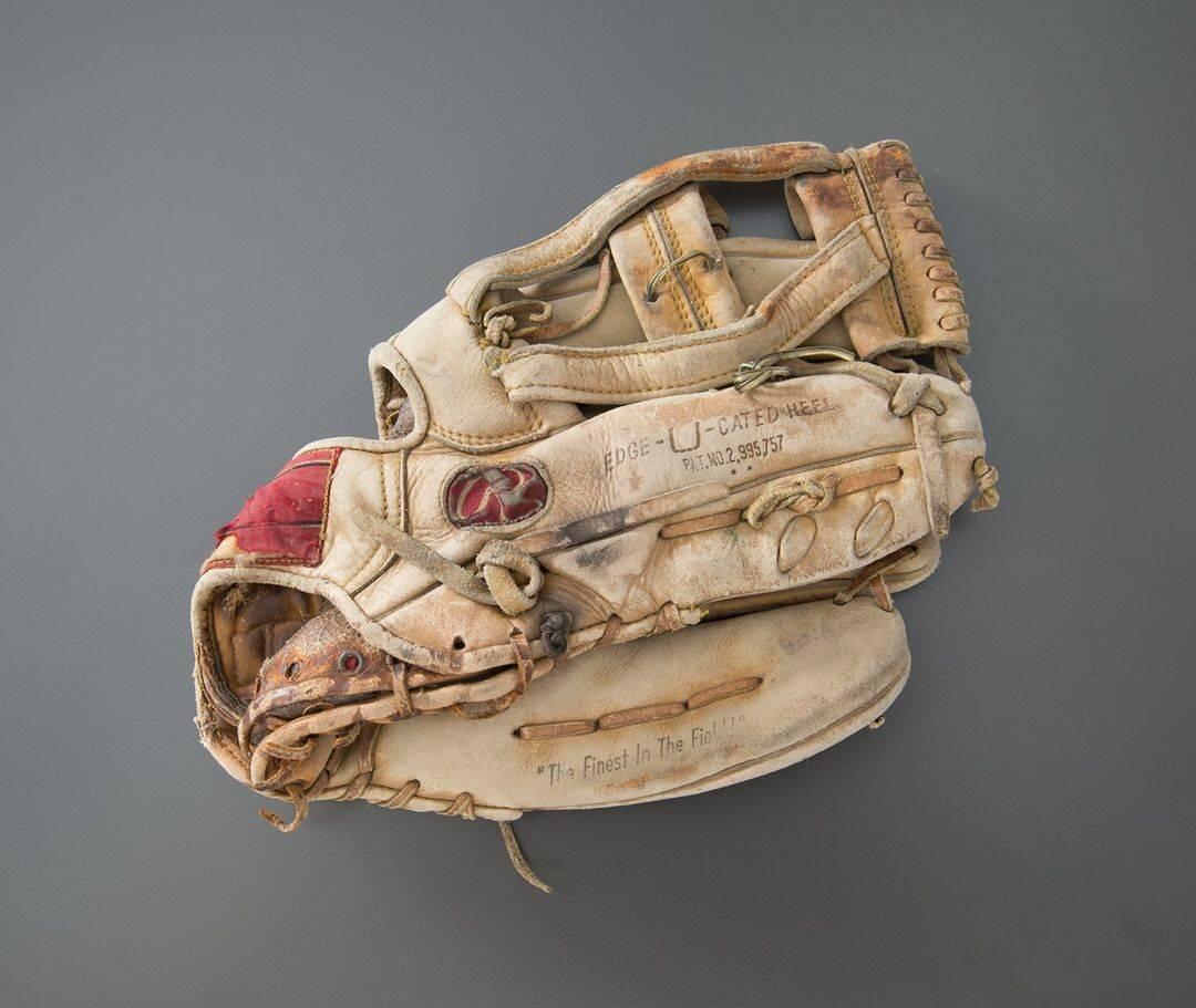 Luva de beisebol que pertenceu ao Tenente Robert Wallace, do FDNY. Ele gostava de jogos de bola no quintal com os amigos e filhos. Foto: Reprodução/Instagram