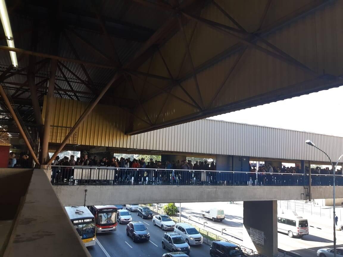 Longas filas de passageiros se formaram na estação Tatuapé, na zona leste. Foto: Marina Teodoro/iG São Paulo - 14.6.19