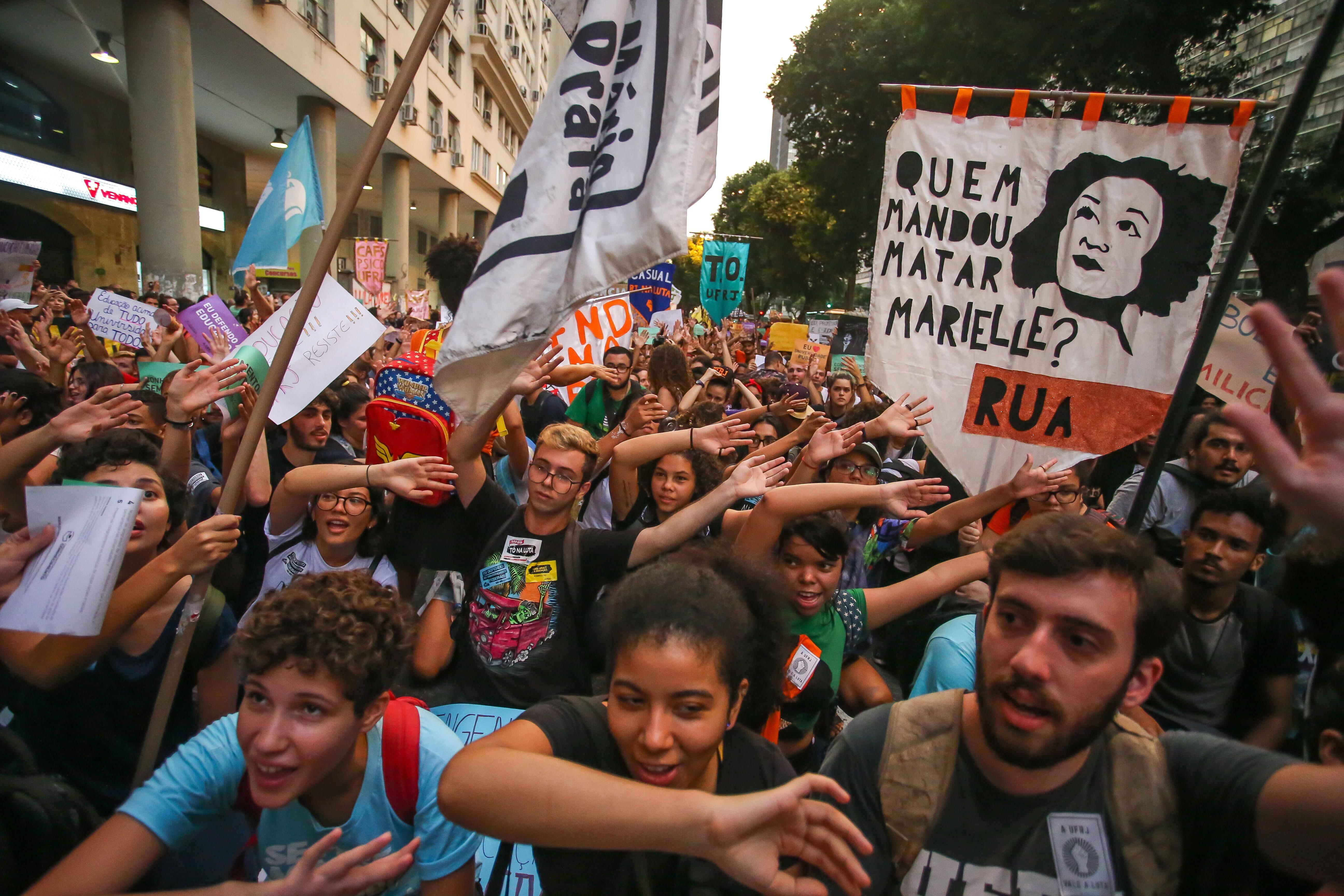 Manifestantes na Praça da Candelária, na região central do Rio de Janeiro. Foto: Marcelo Regua/Agência O Globo - 30.5.19