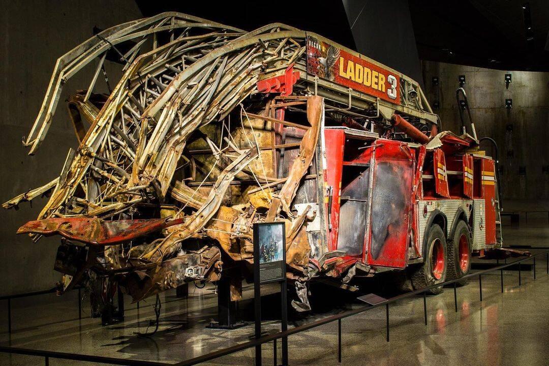 Caminhão dos bombeiros que ficou retorcido após a queda das Torres Gêmeas. Foto: Reprodução/Instagram
