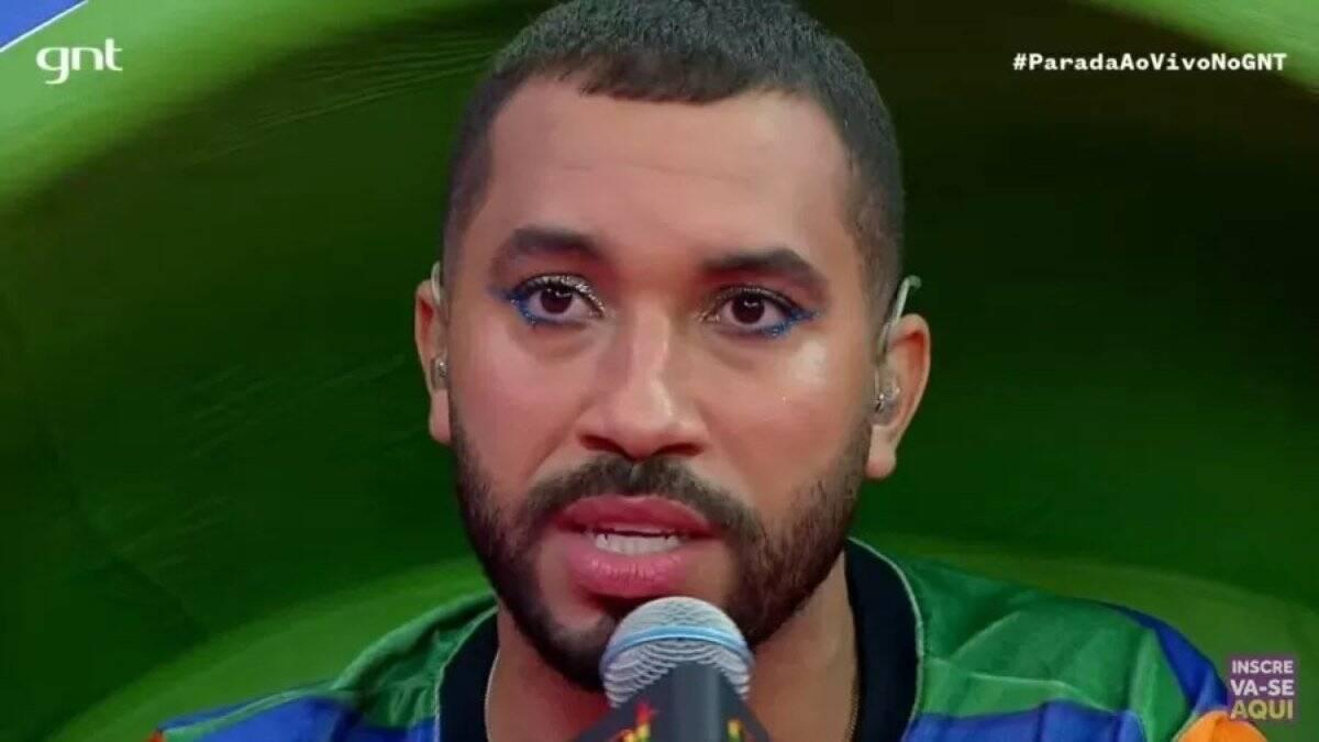 Gil apareceu com lápis de olho e sombra durante a transmissão da parada LGBTQIAP+ deste ano, no Multishow. Foto: Reprodução/Multishow