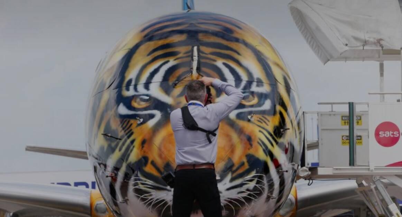 Avião da Embraer foi lançado com pintura de tigre; funcionário criou visual tubarão à mão livre. Foto: Divulgação/Embraer