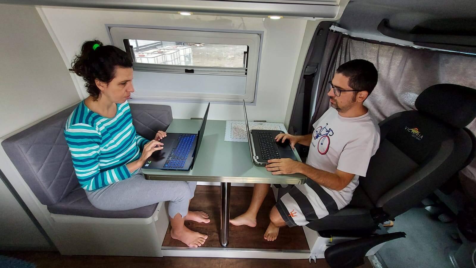 Apaixonados pela estrada, casal vende apartamento para viajar a bordo de um motorhome. Foto: Viaje de Carro