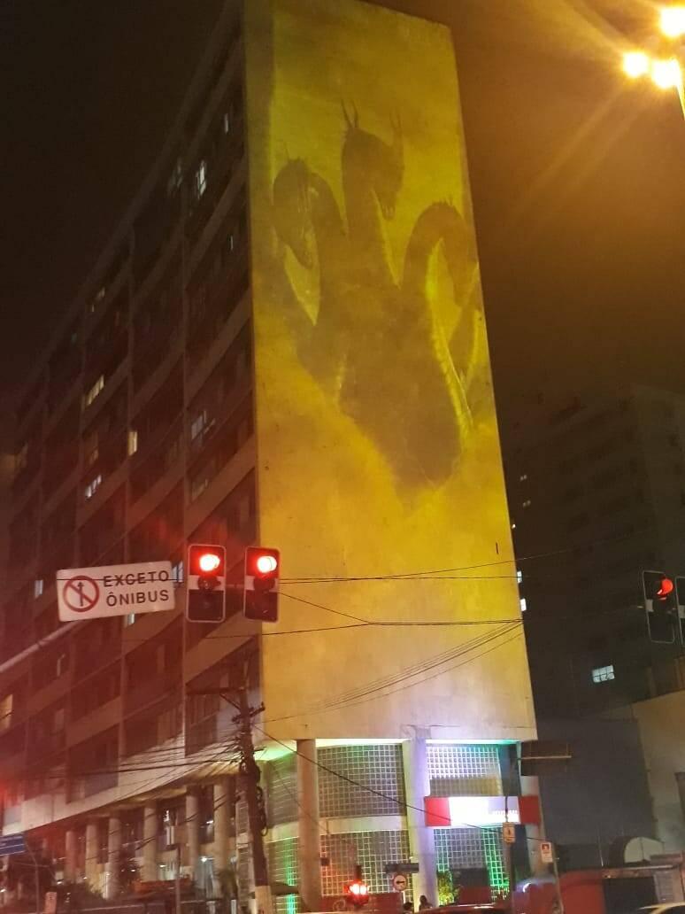 "Monstros de ""Godzilla II"" invandem Avenida Paulista. Foto: Reportagem iG"
