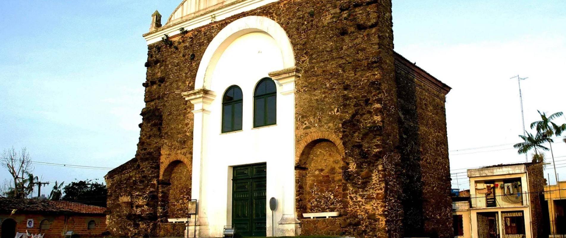 Também conhecida como Igreja de Pedra, esta capela em Vigia é considerada uma joia da arquiteturá jesuítica no Brasil . Foto: Divulgação