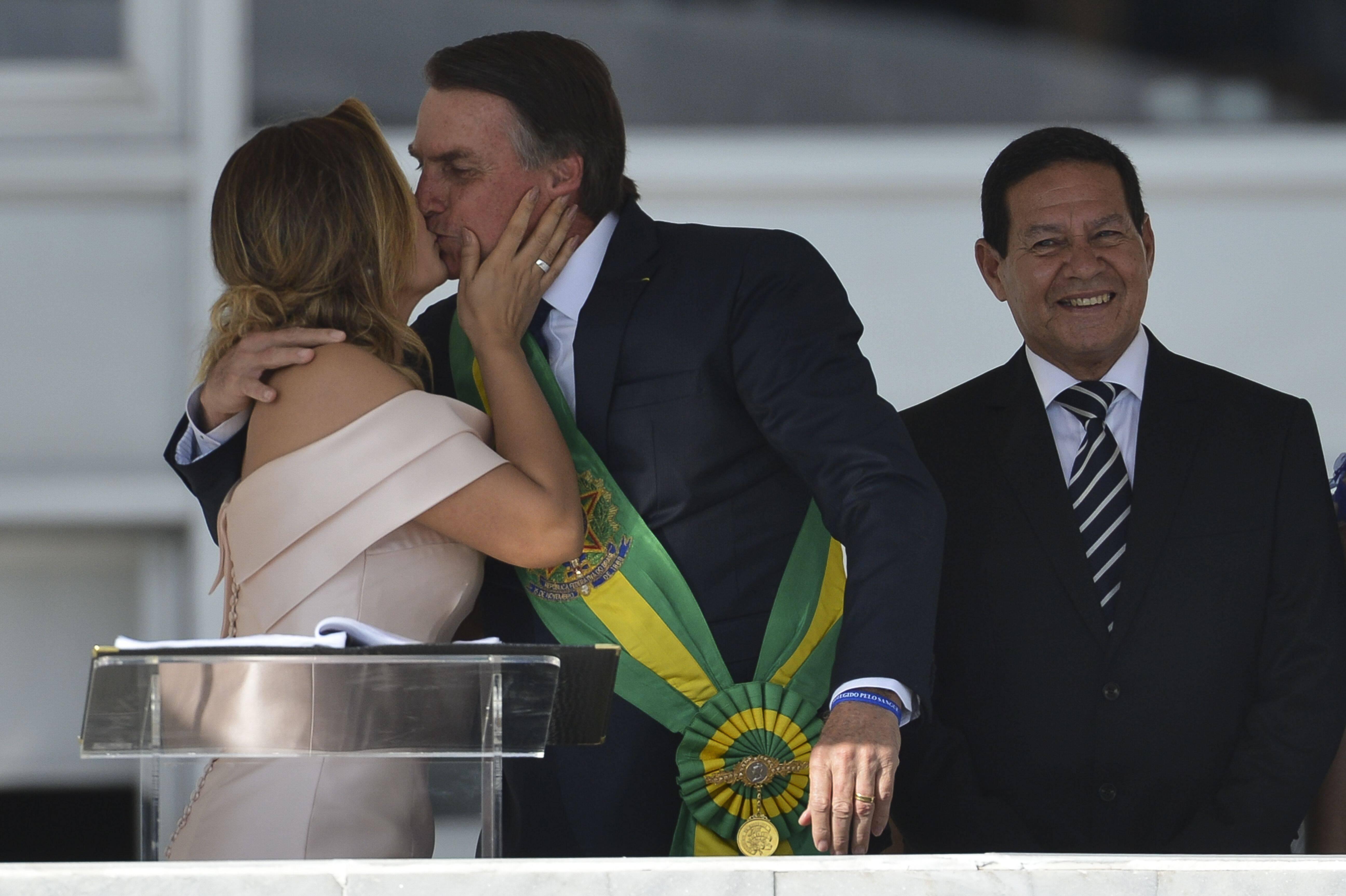 Michelle Bolsonaro e o presidente recém-empossado trocaram beijos no parlatório do Planalto. Foto: Marcelo Camargo/Agência Brasil - 1.1.19
