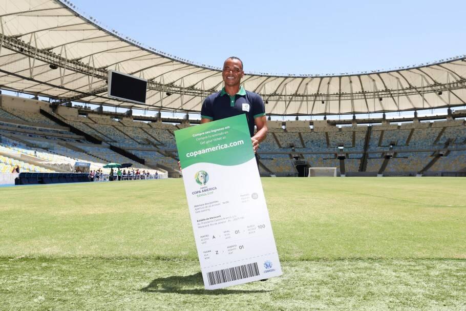 Cafu com ingresso da Copa América. Foto: Divulgação/ CBF