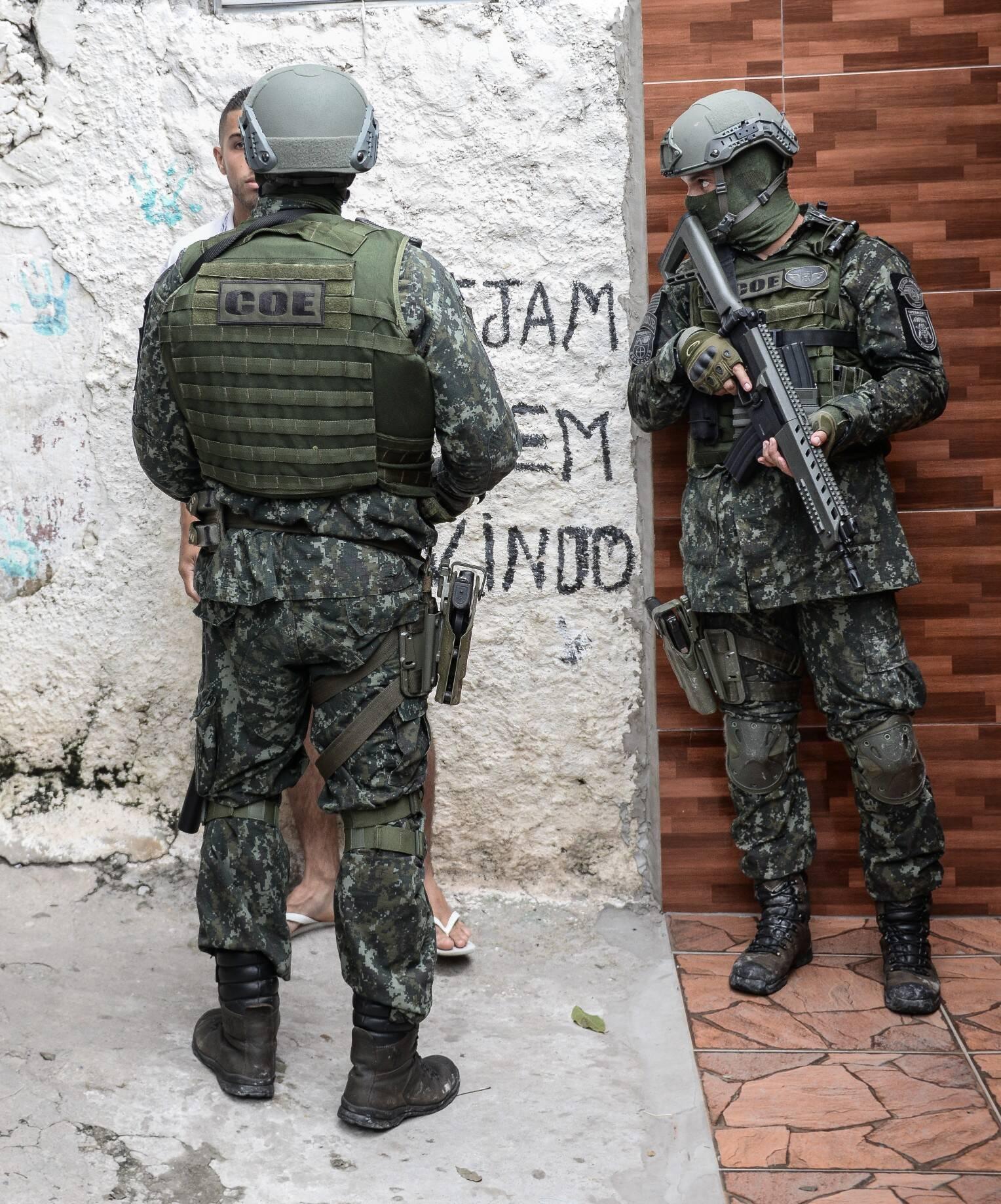Operação em comunidade para combate ao tráfico de drogas e armas. Note que enquanto um Policial conversa com um cidadão, o outro dá cobertura. Foto: Major PM Luis Augusto Pacheco Ambar