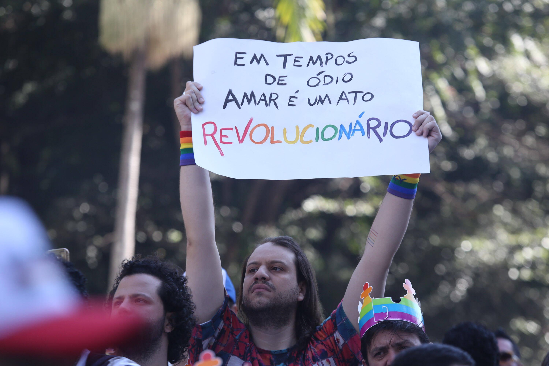Como de praxe, o tom político da Parada do Orgulho LGBT é expressivo; cartazes com palavras de ordem marcam presença. Foto: Fábio Vieira/FotoRua/Agência O Globo
