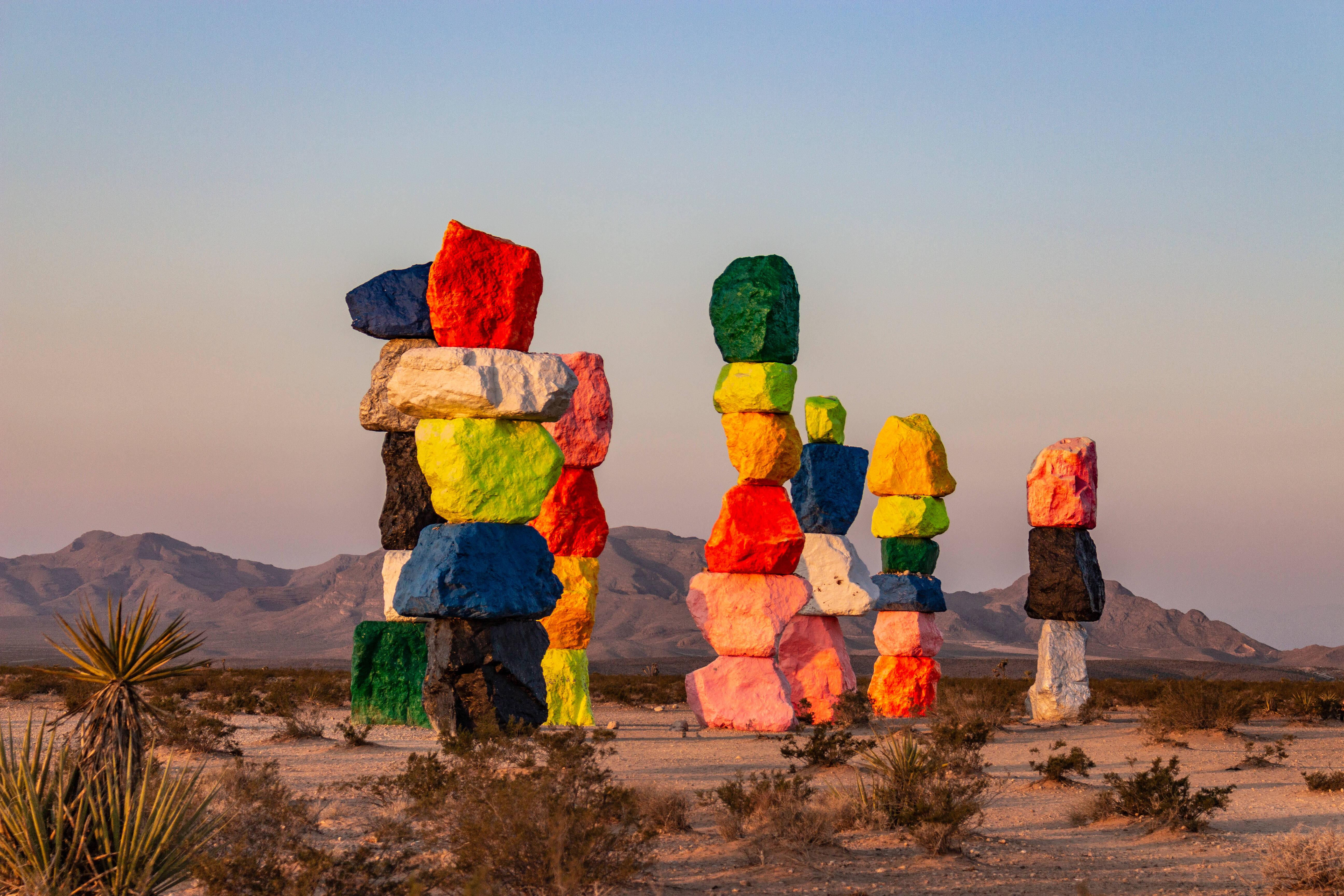 Coisas para fazer em Las Vegas de graça: as Seven Magic Mountains rendem uma bela foto para as redes sociais. Foto: shutterstock