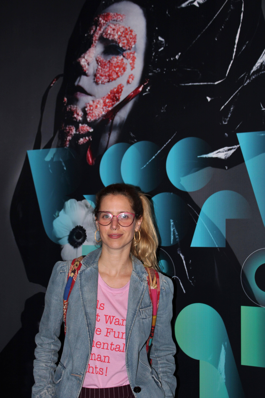 Mel Lisboa prestigia abertura da exposição . Foto: Priscila Sbrana/ Divulgação