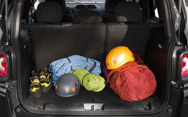 Entre os SUVs compacto, o Jeep Renegade tem o menor porta-malas, com espaço comparável ao de um hatchback pequeno.. Foto: Divulgação/Fiat-Chrysler