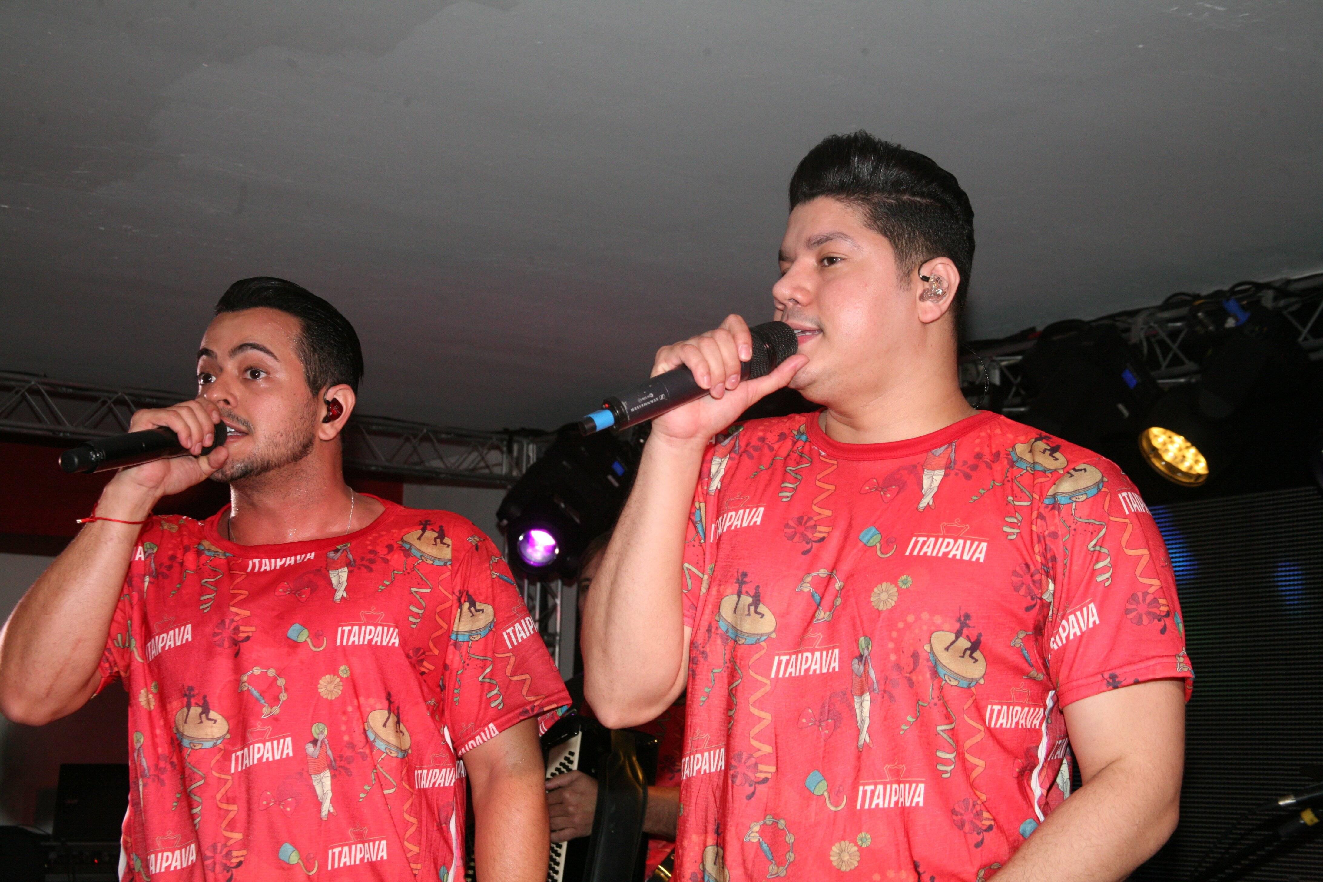 Henrique e Juliano no Camarote Itaipava na última segunda-feira (12). Foto: Cleomir Tavares