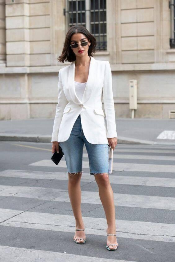 Para montar um guarda-roupa cápsula, tenha camisetas brancas e ao menos uma peça que seja mais sofisticada para elevar o nível do look. Foto: Pinterest