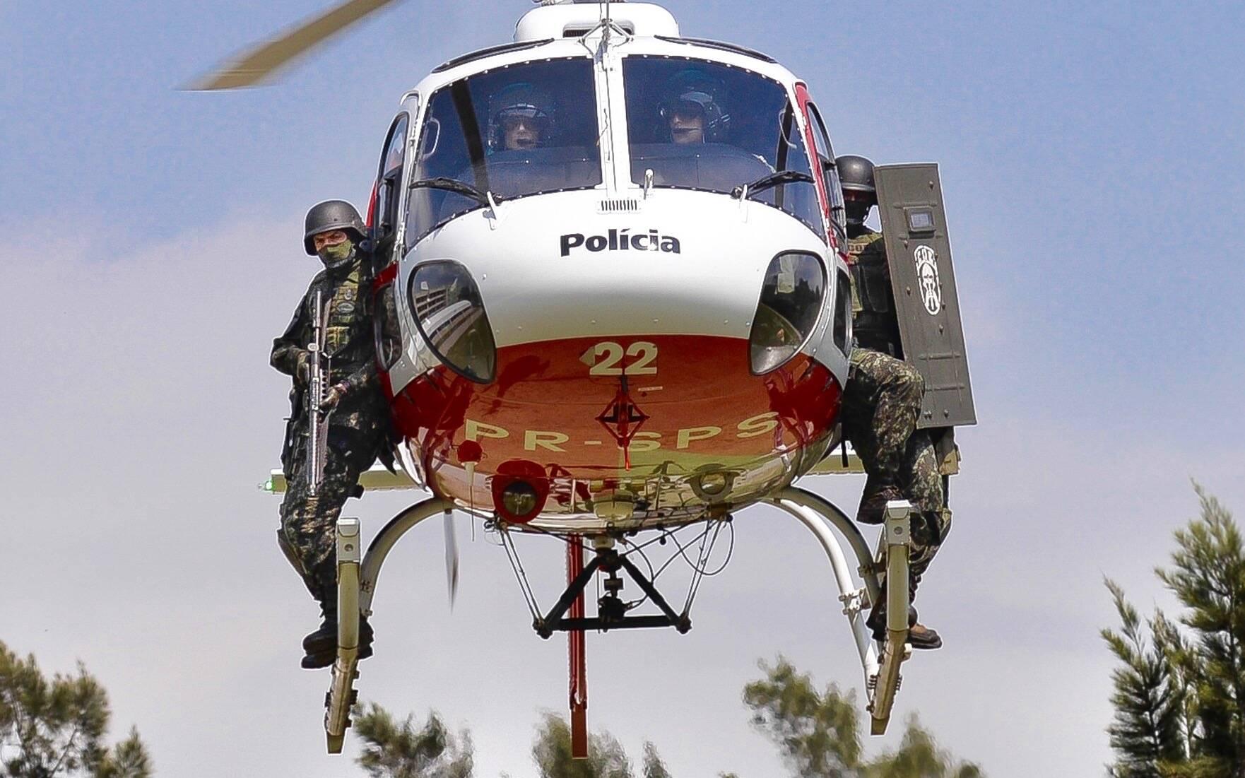 Os PMs do COE estão habilitados a conduzir operações de inserção em helicópteros, tanto em terrenos urbanos e de mata, como em ambientes aquáticos. Foto: Major PM Luis Augusto Pacheco Ambar