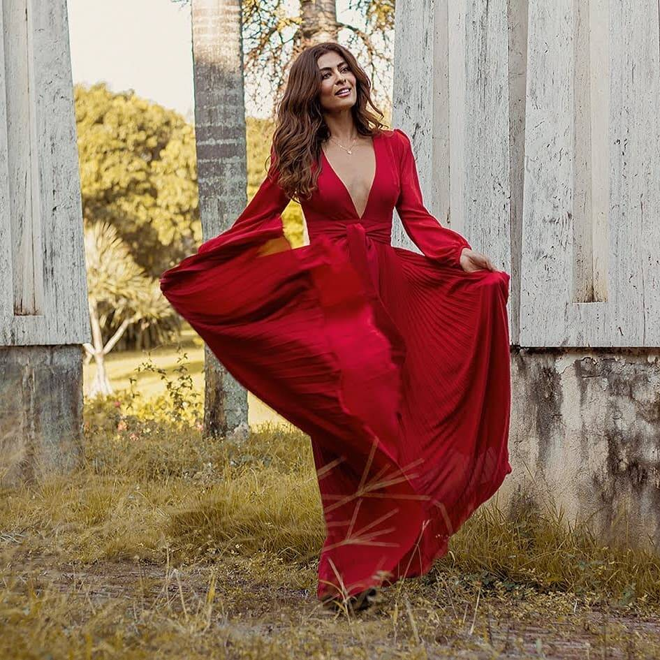 Juliana Paes posa com longo vermelho e internautas elogiam. Foto: Ségio Baia / Reprodução Instagram