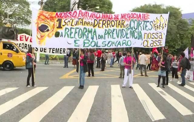 Estudantes e professores organizam protesto na USP contra os cortes anunciados pelo MEC. Foto: Reprodução/TV Globo