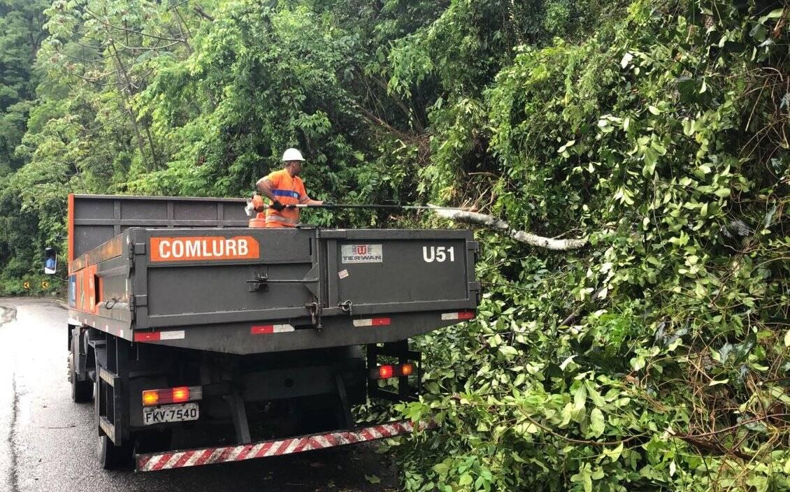 Equipes de resgate e do Centro de Operação do Rio de Janeiro continuam atuando em pontos de bloqueio na cidade. Foto: Divulgação/Centro de Operações Rio