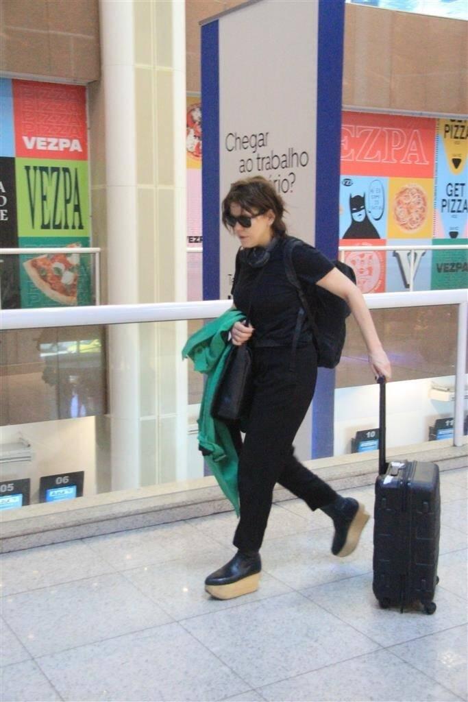 Bárbara Paz embarca no aeroporto de Santos Dumont, no Rio de Janeiro. Foto: Fábio Moreno/AgNews