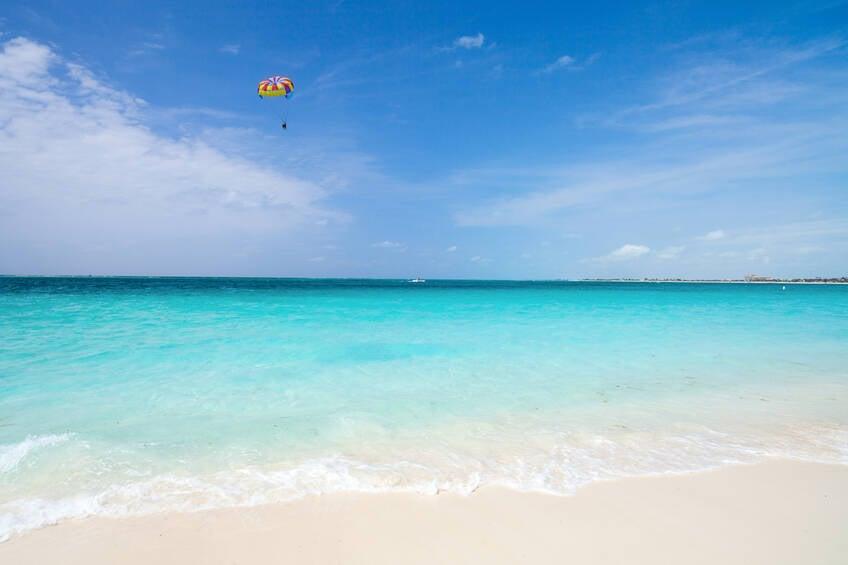 Parasailing está entre as atividades possíveis em Grace Bay Beach. Foto: Qual Viagem