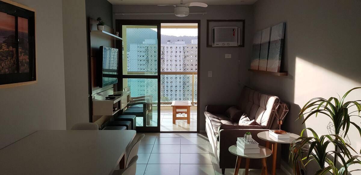 Sala do apartamento Maison Du Soleil Barra, disponível no Airbnb. Foto: Divulgação