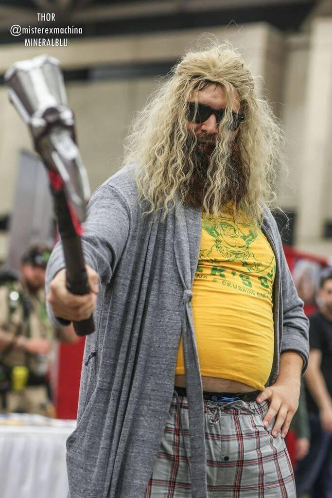Cosplay de Thor Gordo ganha musculatura em Comic-Cons ao redor do mundo. Foto: reprodução / Twitter