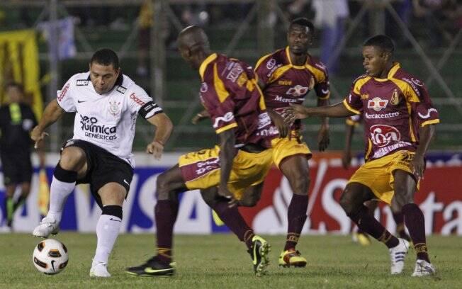 Já na Libertadores, o time empatou o primeiro e perdeu o segundo jogo para o Tolima. Foi a última partida da carreira de Ronaldo. Foto: AP