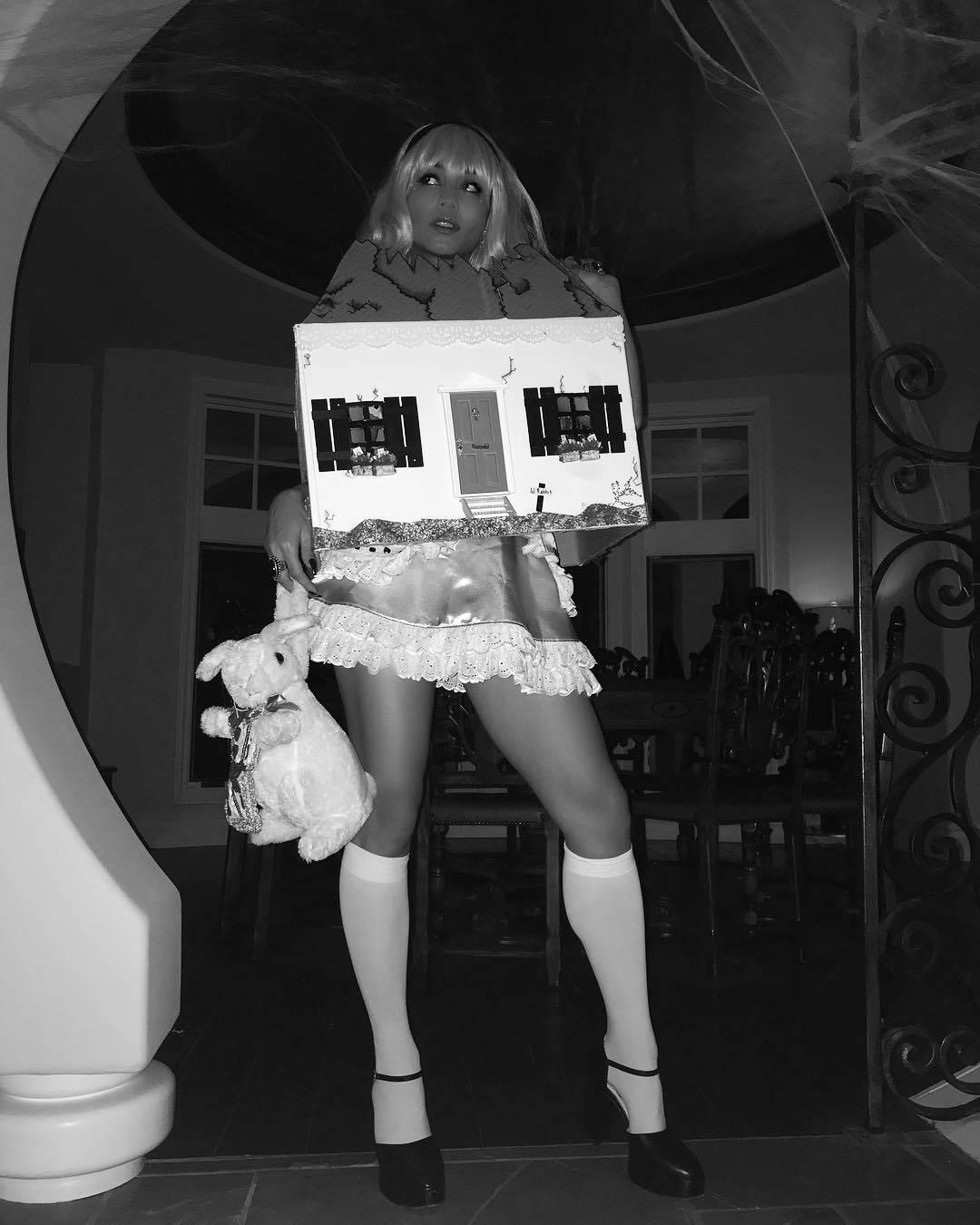Vanessa Hudgens se vestiu de Alice no País das Maravilhas. Foto: Reprodução/Instagram
