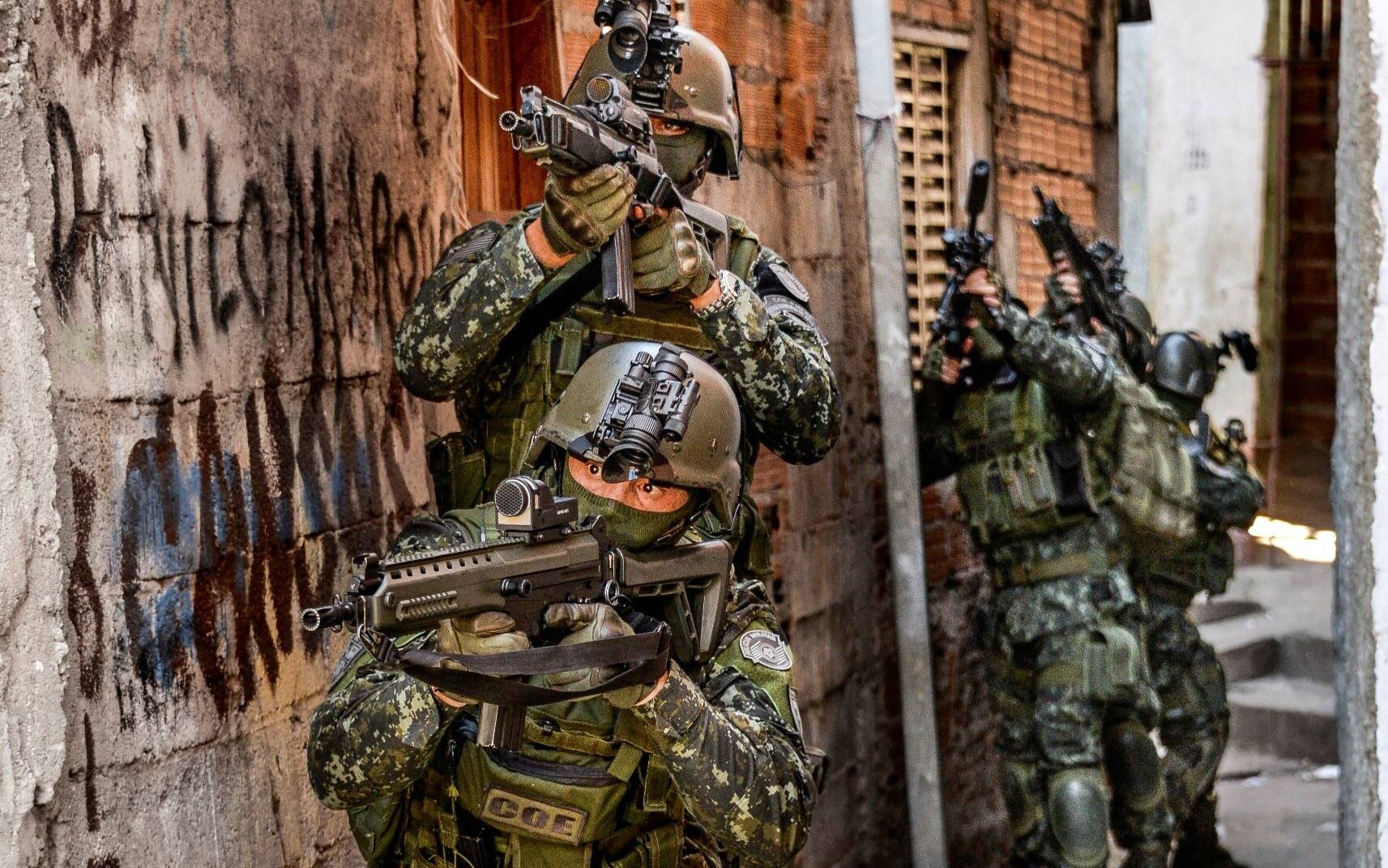Operadores do COE em missão urbana de combate ao tráfico de drogas e armas numa comunidade. Foto: Major PM Luis Augusto Pacheco Ambar