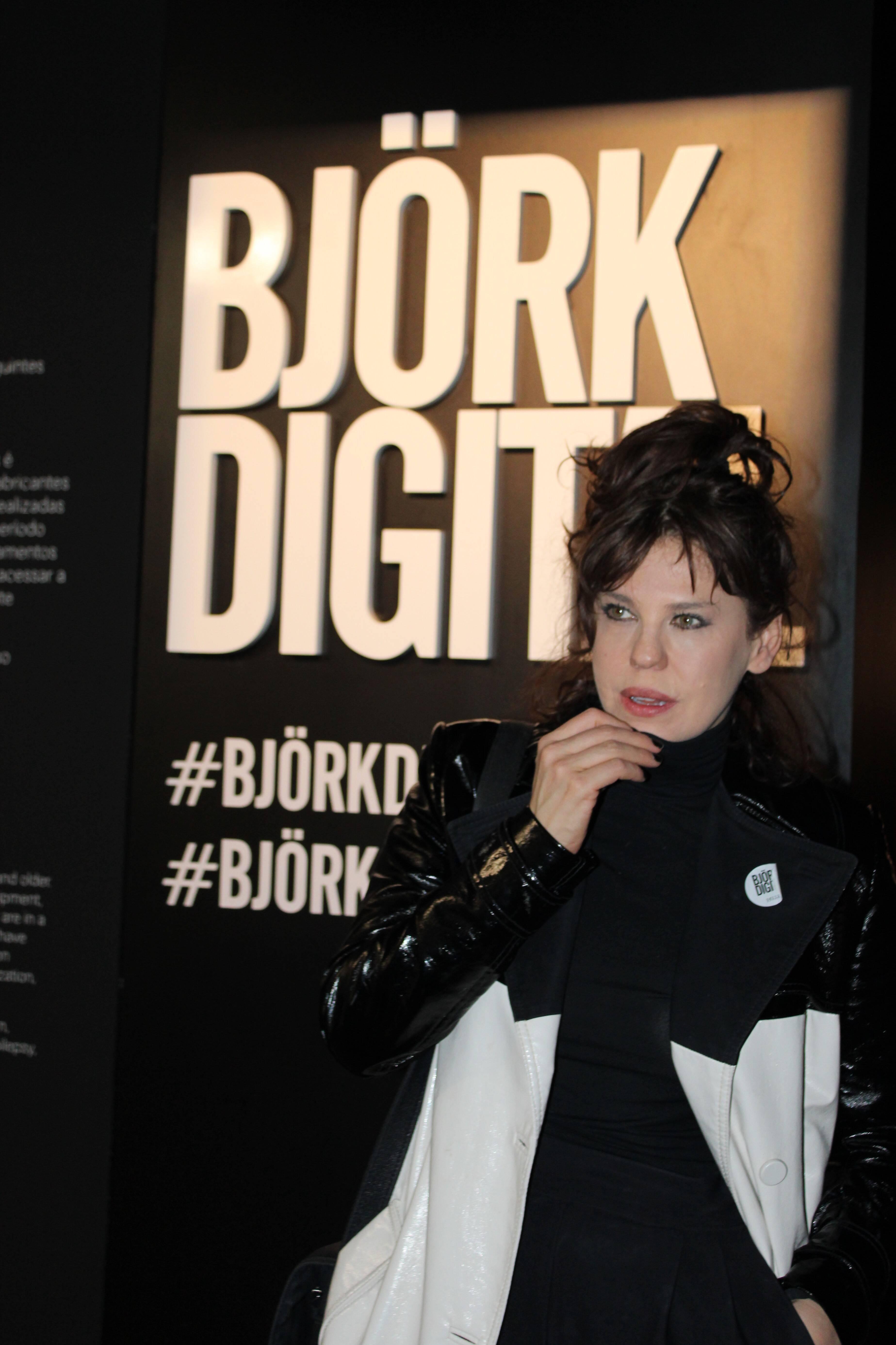 Barbara Paz prestigia abertura da exposição . Foto: Priscila Sbrana/ Divulgação