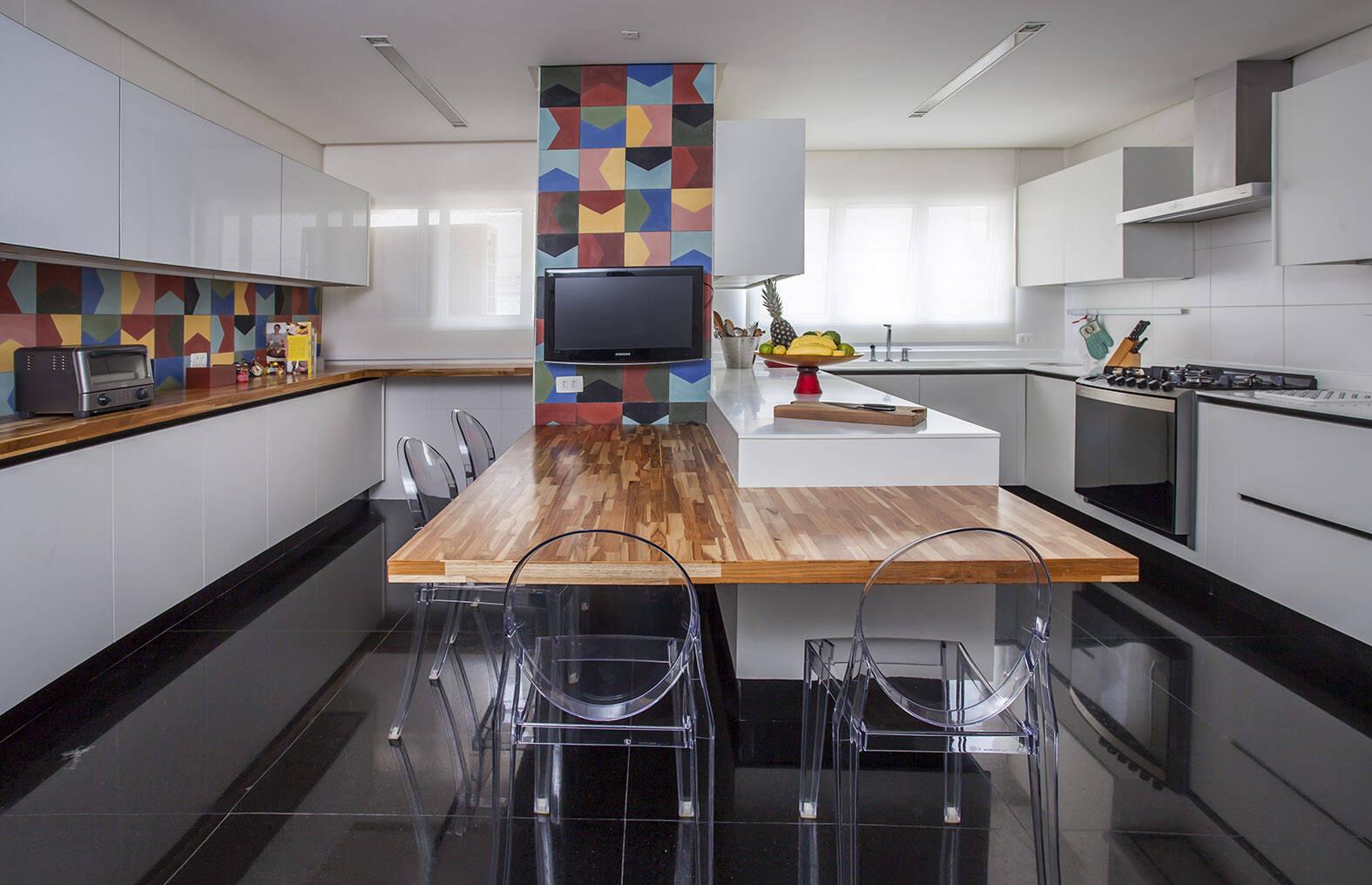 Outra sugestão de bancada de cozinha com um estilo mais moderno. Foto: Karina Korn Arquitetura/Eduardo Pozzela
