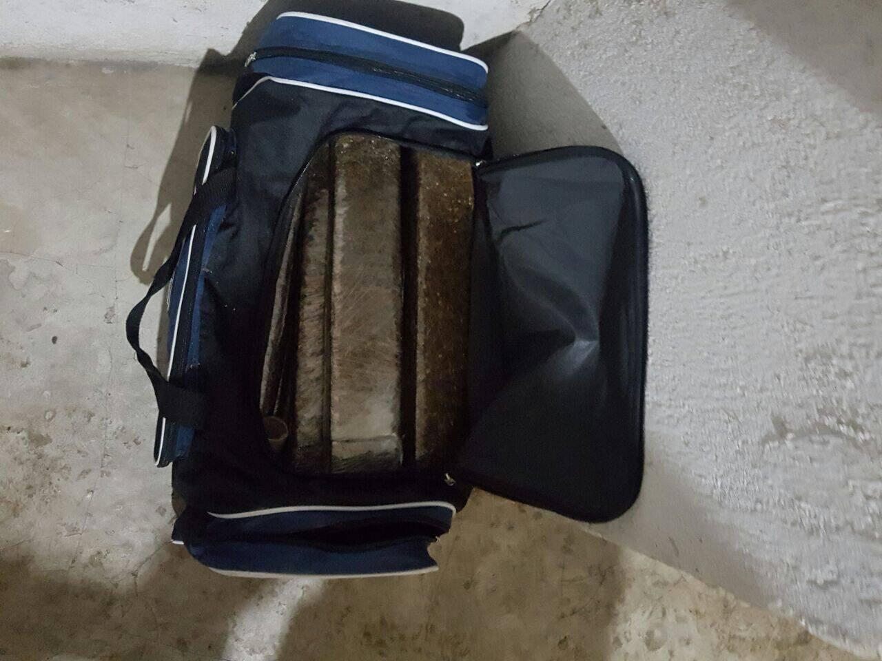 Operação em São Vicente: Tijolos de maconha. Foto: PM Divulgação
