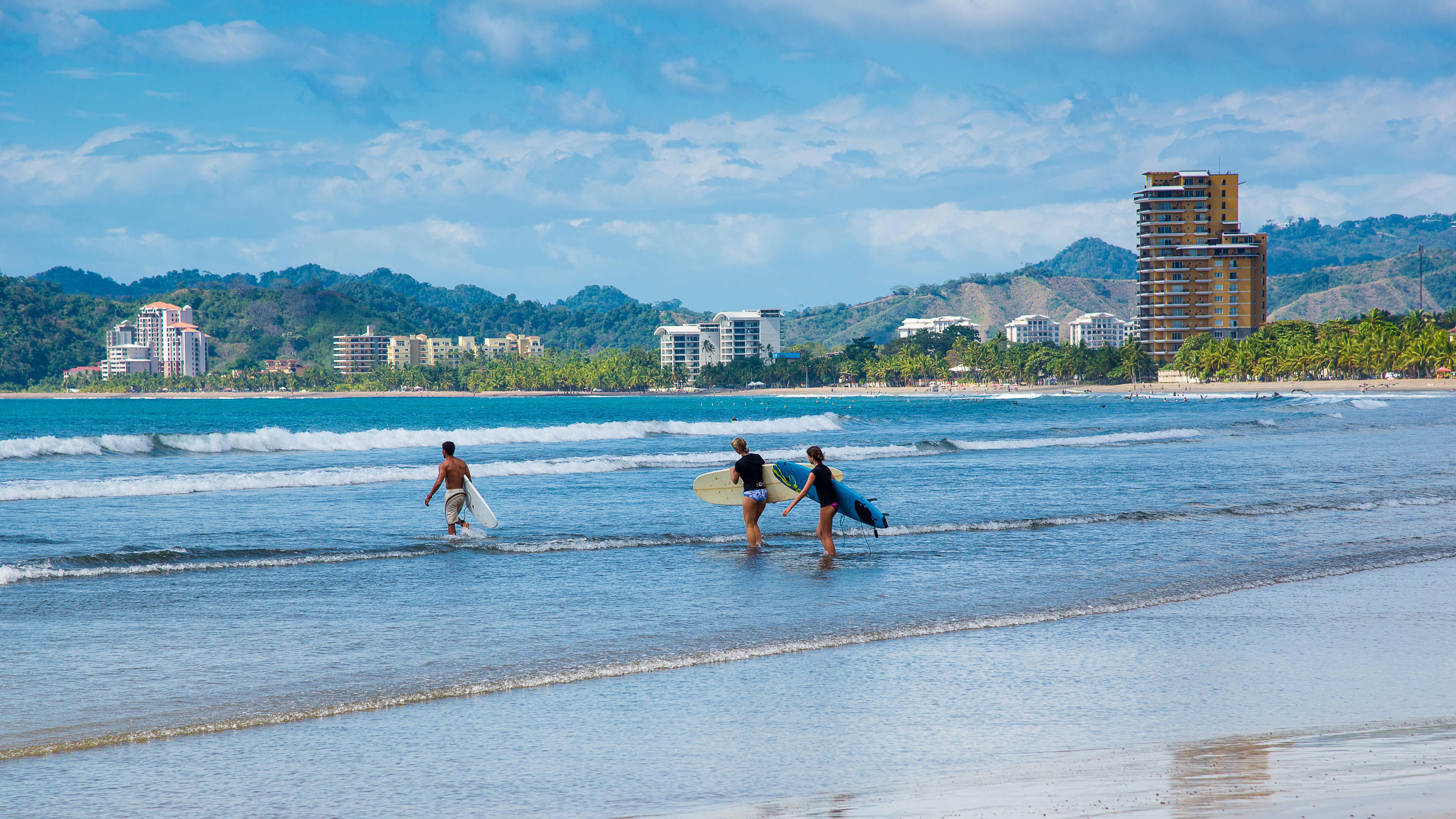 A praia de Jacó é uma das mais bem estruturadas para o surfe, e conta com aulas do esporte para os visitantes menos experientes. Foto: shutterstock