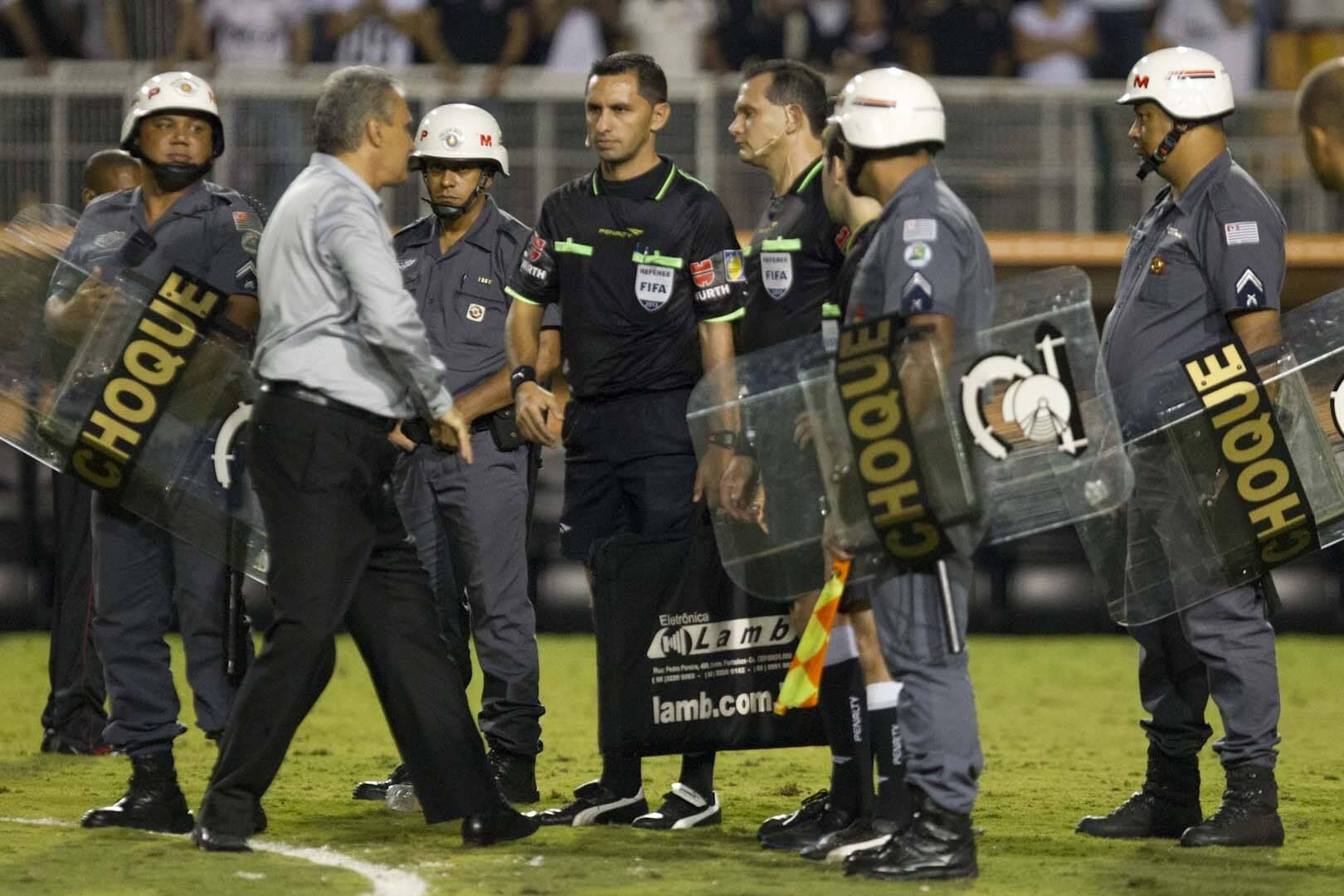 Tite ficou revoltado com os erros do árbitro Carlos Amarilla no jogo e o cumprimentou de maneira irônica. Foto: Daniel Augusto Jr./Agência Corinthians