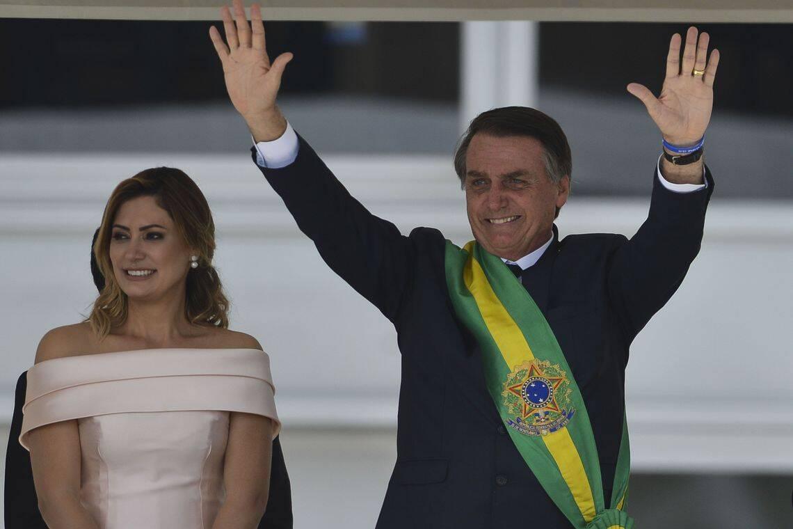 Jair Bolsonaro saúda a população após receber a faixa presidencial. Foto: Marcelo Camargo / Agência Brasil