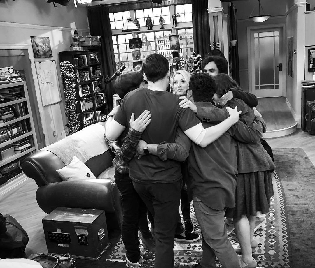 """O elenco de """"The Big Band Theory"""" se emocionou ao gravar o episódio final da série na última quarta-feira (01). A cena vai ao ar dia 02 de junho no Brasil. Foto: Reprodução/Instagram"""