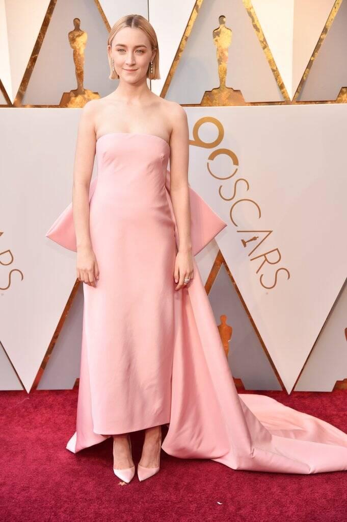 Um verdadeiro arraso essa Saoirse Ronan. A atriz também marcou presença no tapete vermelho do Oscar 2018 no último domingo (04)   . Foto: Kevin Mazur/WireImage