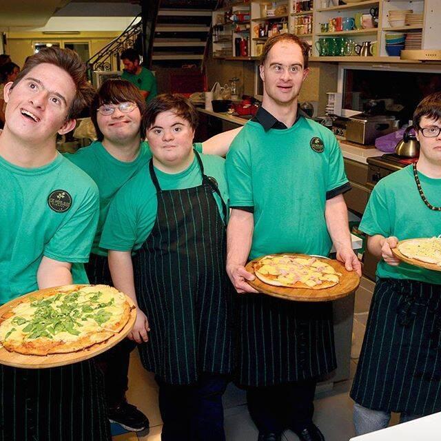 Jovens com síndrome de Down abrem a própria empresa, Los Perejiles, especializada em fazer pizza para eventos. Foto: Reprodução Instagram