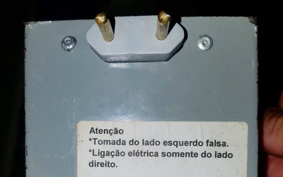 Segurança em primeiro lugar! Atrás da tomada falsa um aviso de cuidado para os traficantes não tomarem um choque. Foto: PM Divulgação