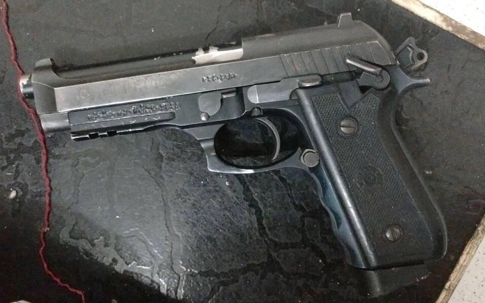 ROTA - Pistola que o traficante usou para efetuar disparos contra os Policiais de ROTA. Repare que a numeração e identificação estão raspadas. Foto: ROTA / Divulgação