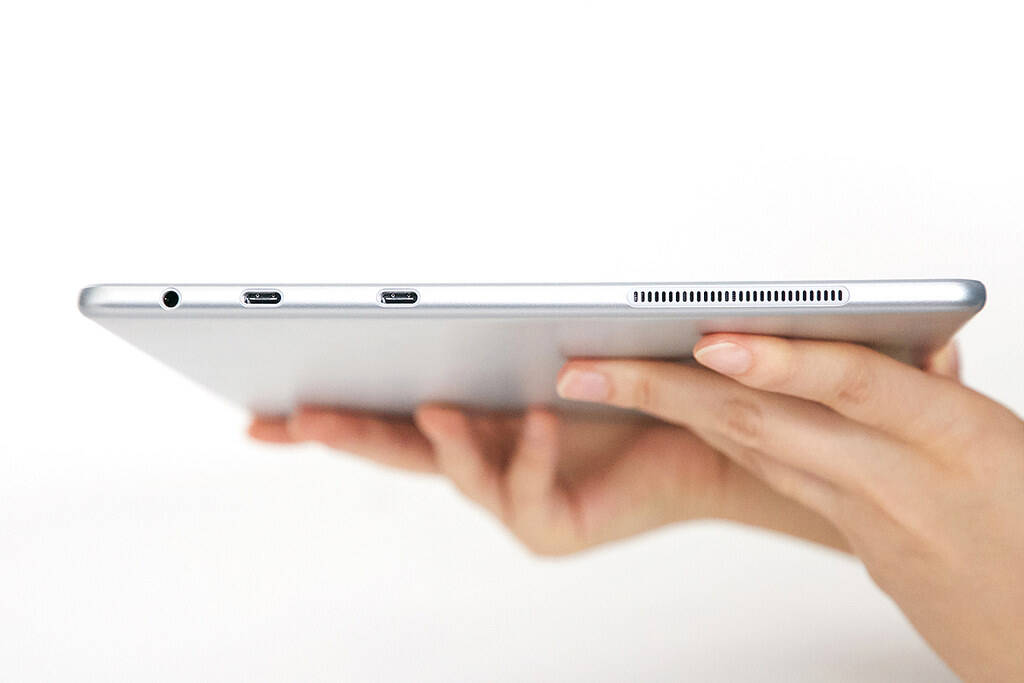 """Galaxy Book 12"""" tem duas portas USB-C e tem suporte para cartões microSD. Foto: Divulgação"""