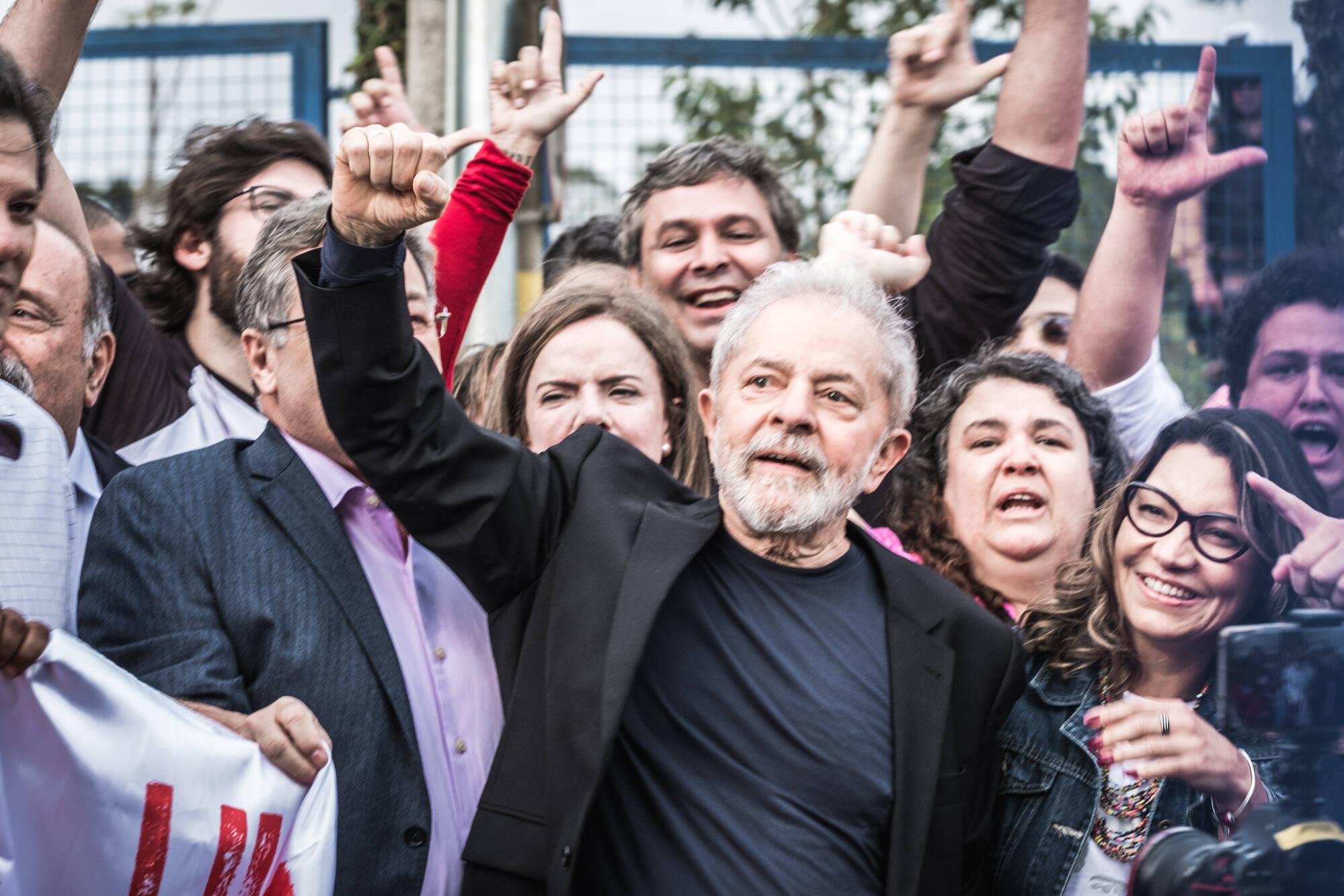 Lula saindo da prisão. Foto: Gibran Mendes / CUT Paraná