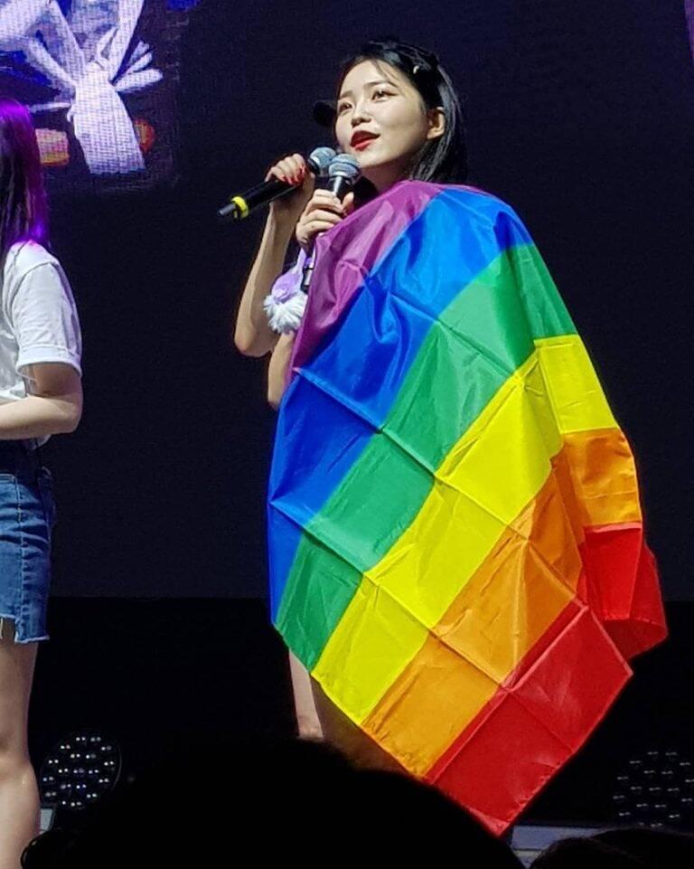 Integrante Yeri com a bandeira LGBT durante um show da turnê Red Mare, nos Estados Unidos. Foto: Reprodução