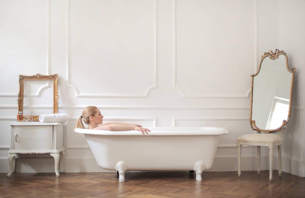 Também dá para montar a banheira sem ser no banheiro, como mostra esta imagem. Foto: shutterstock