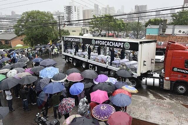 Multidão recepciona os caminhões na chegada ao estádio. Foto: Caracol / Divulgação
